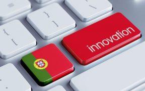 teclado de computador com bandeira de portugal inovação
