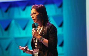 monique cantu de o boticario em palestra na conferencia brasil em código