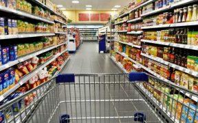 corredor de supermercado com carrinho e prateleiras