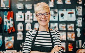 empreendedora em uma pequena loja