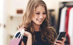 consumidor na loja com celular