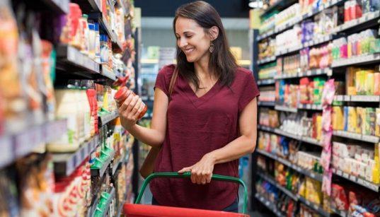 consumidora fazendo compras no supermercado