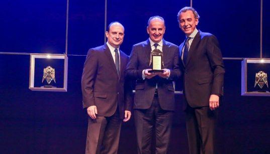 frutas fava recebe o trofeu do premio automacao 2019