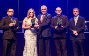 empresa r2a ganha trofeu do premio automacao 2019