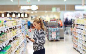 consumidora escolhendo produtos na loja