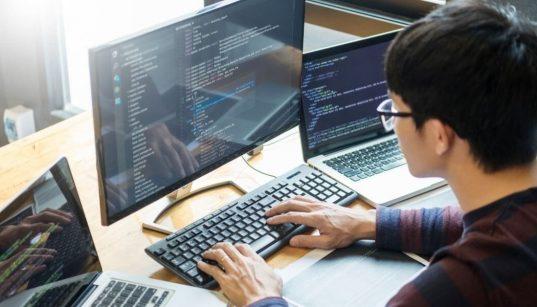 desenvolvedor trabalhando com códigos