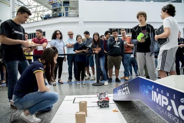 alunos em projeto de inovação na faculdade impacta