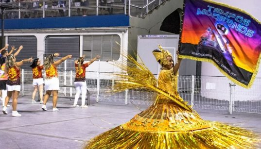 porta bandeira da rosas de ouro carnaval 2020