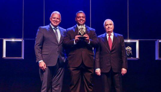 representante da datalink recebe premio automação 2019