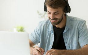 profissional estudando no computador