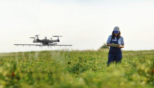 drone sendo usado na agricultura