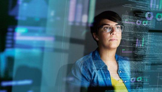 jovem programadora analisando dados