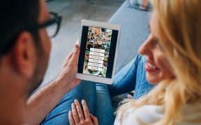 casal acessando app de restaurante