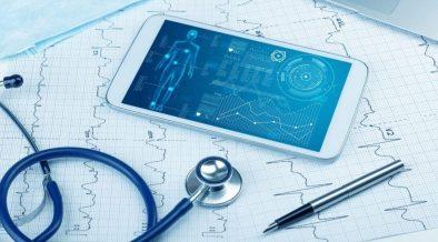 celular com dados de pacient em cima da mesa do medico