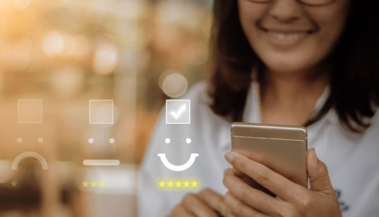 consumidora avaliando servicos pelo celular