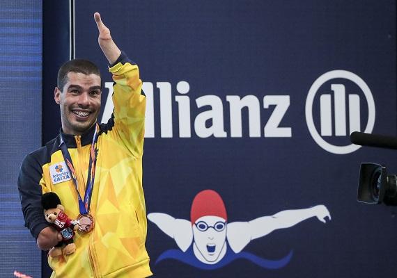 daniel dias no podio com medalhas dos jogos de londres 2019