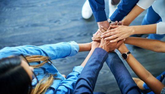 equipe com mãos unidas