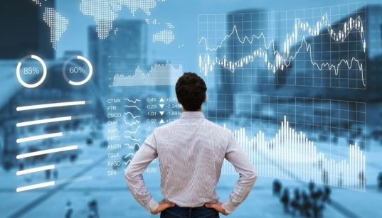 executivo analisando painel de indicadores financeiros