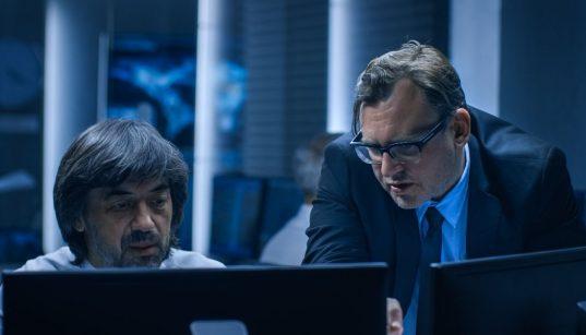 executivos de ti conversando e olhando para computador