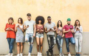 grupo de pessoas usando o celular
