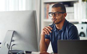 profissional trabalhando de casa com computador