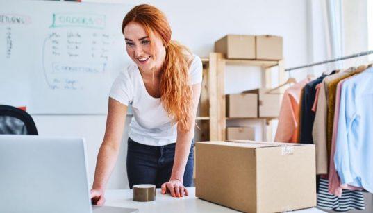 empreendedora separando pedido de vendas online