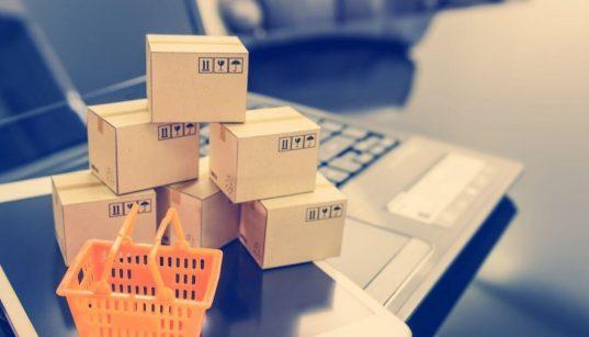 foto ilustrativa de ecommerce com caixas em cima de um computador e tablet