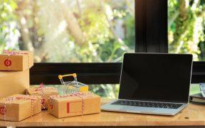 mesa de escritorio com computador e pacotes para entrega ecommerce