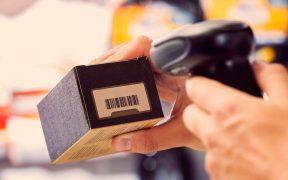 caixa de produto com codigo de barras sendo escaneada