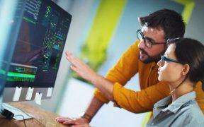 profissionais de TI usando computador