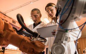 cientistas trabalhando em laboratorio com equipamentos de robotica