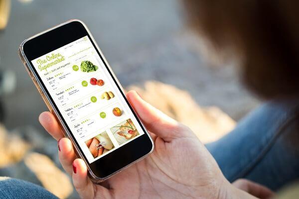 consumidor comprando alimentos e frutas pelo ecommerce