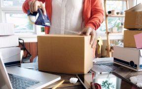empreendedor embalando pacote para entrega