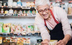 empreendedora em uma pequena loja de alimentos