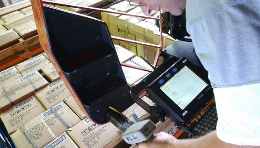 homem escaneia produtos no armazem