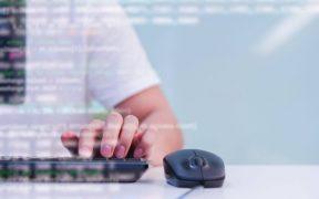 imagem em close de programador digitando no computador