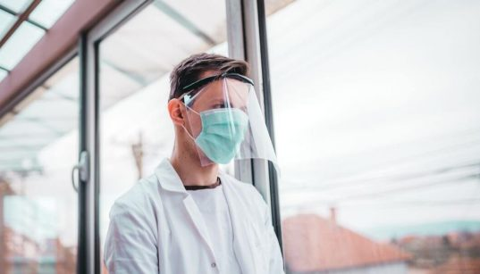 medico usando mascara de protecao
