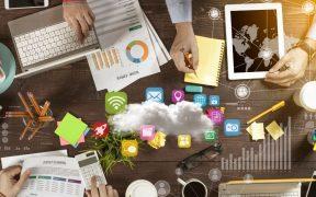 mesa de trabalho com equipe compartilhando dados e estrategias da empresa