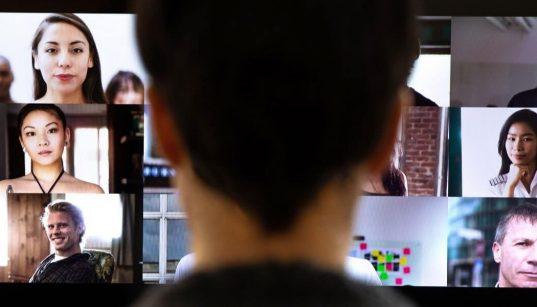 mulher em frente ao computador em videoconferencia de trabalho