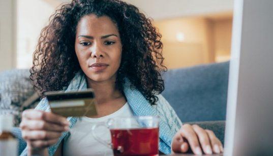 mulher fazendo compras online pelo computador