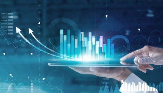 maos de executivo analiando dados de negocios