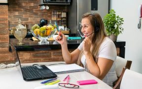 mulher trabalhando home office