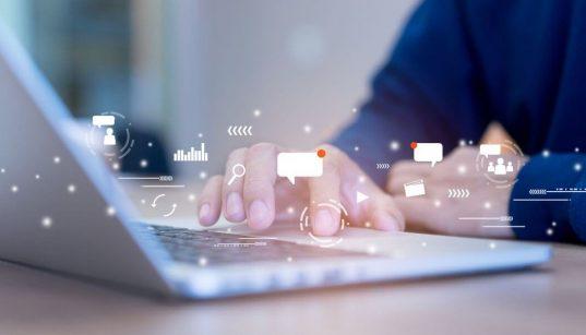 pessoa digitando no computador ilustarndo marketing digital