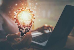 pessoa segurando lampara representando inovação
