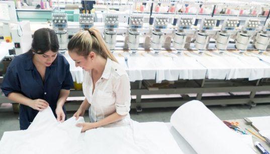 trabalhadoras na linha de produção textil
