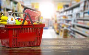 cesta com produtos no corredor do supermercado