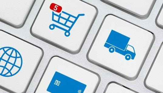 conceito de ecommerce com imagem de teclado com carrinho caminhao e cartão