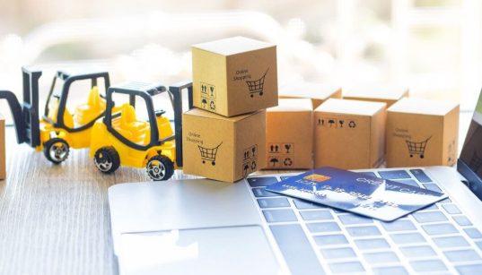 conceito de logistica de ecommerce com mini empilhadeiras e caixas