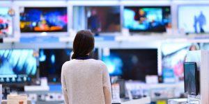 consumidora em loja de tv