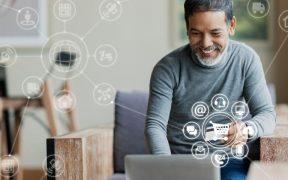 homem fazendo compras online com conexao para redes sociais